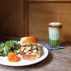 #今日食# 周末早起,早餐蘑菇三文治搭配抹茶奶茶。 你的早餐是什么?有没有偷睡懒觉不吃早餐呢?
