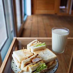 假装是在日本吃早餐🥪 每次吃这样的三明治就会散落到盘子的角角落落,为什么不能给淑女们设计小口三明治了,好气!可我却依然爱着家小店的早餐,哈哈哈。