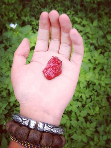 捡到一块红色的石头✊