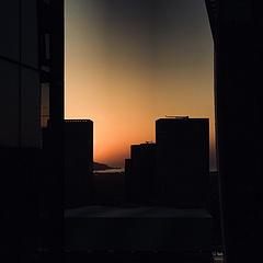 /🌅   午后窗外的海面上 笼罩着一层蛋黄色的薄纱  三月九日•记