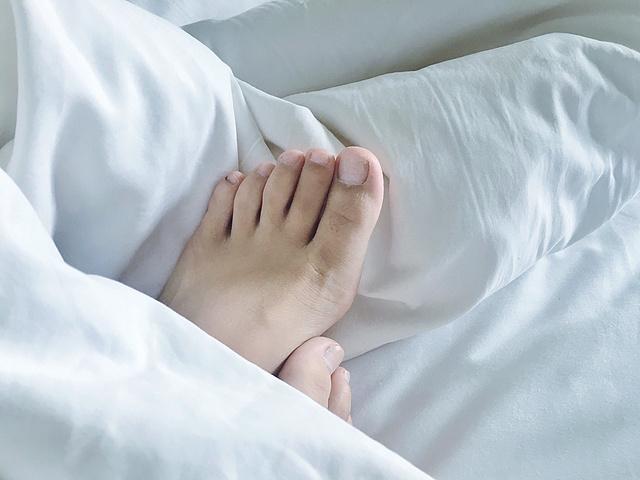 想某天清晨,用一双丑脚丫踹醒你😃