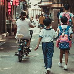 特喜欢那位小学生走路的姿势😂😂 只有你走过 你才知道是不是你喜欢的那条巷弄