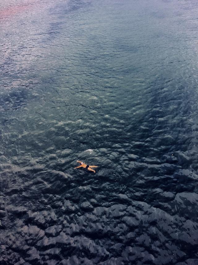 在漓江游泳的人