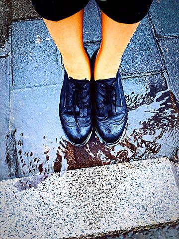 在暴雨中行走。 已经不用擦鞋。