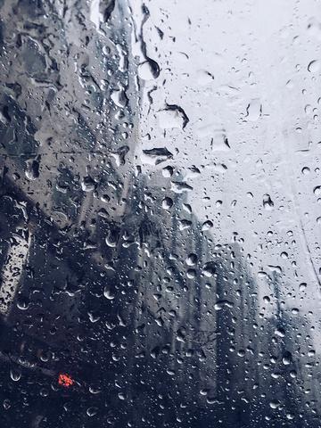 透过雨伞看世界 透过雨伞看世界,思维变了。 抬头,闭眼; 静静地感受。 我还是我,仍是哪年。