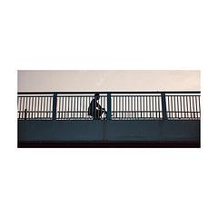 复生一日-复兴大桥  往来穿梭的桥 走过的路人彼此擦肩穿越 我只能默不作声 用相机记录发生的一切 一瞬即一切