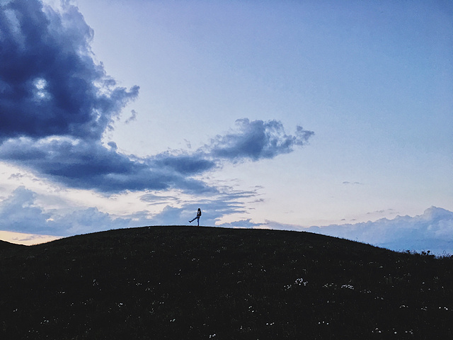 人们去远方只是为了紧紧地搂住自己