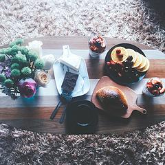 Day2,胃痛(活该) 听说黑咖啡更配提拉米苏… 他出现,又消失了。 一如日升日落, 抑或任何转瞬即逝的事物, 就像我们的生活。 我们出现,然后我们又消失。 我们对于一些人是如此重要,但我们只是经过。