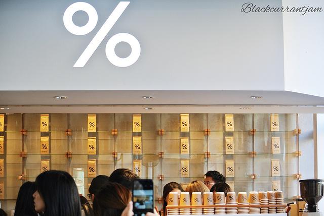 % cafe 很简洁的店名 光看包装就已经有想去喝的欲望了 我一直都很喜欢这种塑料杯 看得见冰拿铁相交的纹理和冰块的透明 门店不大 排队的队伍不长 却源源不断的有客人前来