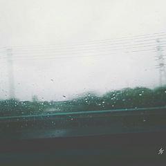 在雨天的路上...... 当风景凝成一团,当雨滴洒落窗前