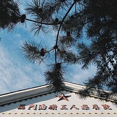 这幢建于上世纪五十年代的苏联专家楼,有着典型的俄罗斯风格。一度作为玉门油田职工疗养院,为油田人尊崇。今天,在静寂间,这座建筑所溢出的故事,终为这一方土地所讲述。
