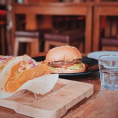 在杭墨西哥餐厅 我太爱喝酒了可惜木的尝一口(开车不喝酒,喝酒不开车) 来墨西哥餐厅必须来一份Taco,墨西哥是玉米的故乡taco是玉米脆饼包裹的,有点像卷饼但口感更丰富,蘸着酱吃味道很可以。牛肉汉堡周一特惠贼划算:)量大份足管饱 来尝鲜蛮符合我口味🥳