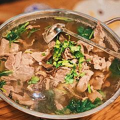 [转圈]儿童节拍了拍了你:早过节早快落[庆祝] 人均50便宜到哭的稀里哗啦哈哈哈哈在杭州市中心就能吃到的乐山美食🔥 ~冯三孃跷脚牛肉~ 满满一锅端呐健康的很~嗯~巴适的很嘞~ [鼓掌]跷脚牛肉:高骨汤牛肉一锅,汤汁鲜美可口美味,牛肉嫩滑,忍不住先来一碗清汤~没有多余的料包,简简单单鲜牛肉牛杂莲白花…看上去简单粗糙却美滋佳味。每人一份搭配干辣椒蘸粉,是当地的味道啊。 [呲牙]特色烤饼:三种口味(牛肉、鲜肉、红糖)一上菜就要趁热吃,酥酥脆脆,饼皮微微焦脆,红糖馅儿就比较偏甜了、牛肉馅儿很香,一口清汤一口饼。 [666]钵钵鸡:相比各处餐厅的钵钵鸡,这家店的红油汤汁是一绝的,麻爽很带劲。 [哇]爆炒黄喉:相对劲爆辣,黄喉脆新鲜辣弹牙,入口不踩雷。 [嘿哈]牛脑花豆腐:尝了一口豆腐,这碗菜看个人喜欢哈哈(本人不敢吃牛脑)一行同行朋友们是好吃的停不下来,就闻着味儿店家牛脑处理的干净喔,也可以下饭菜呢拌饭饭也好吃呀~很川菜的做法呢、 四人吃过小分队吃遍店里的热销菜呀…超酷的