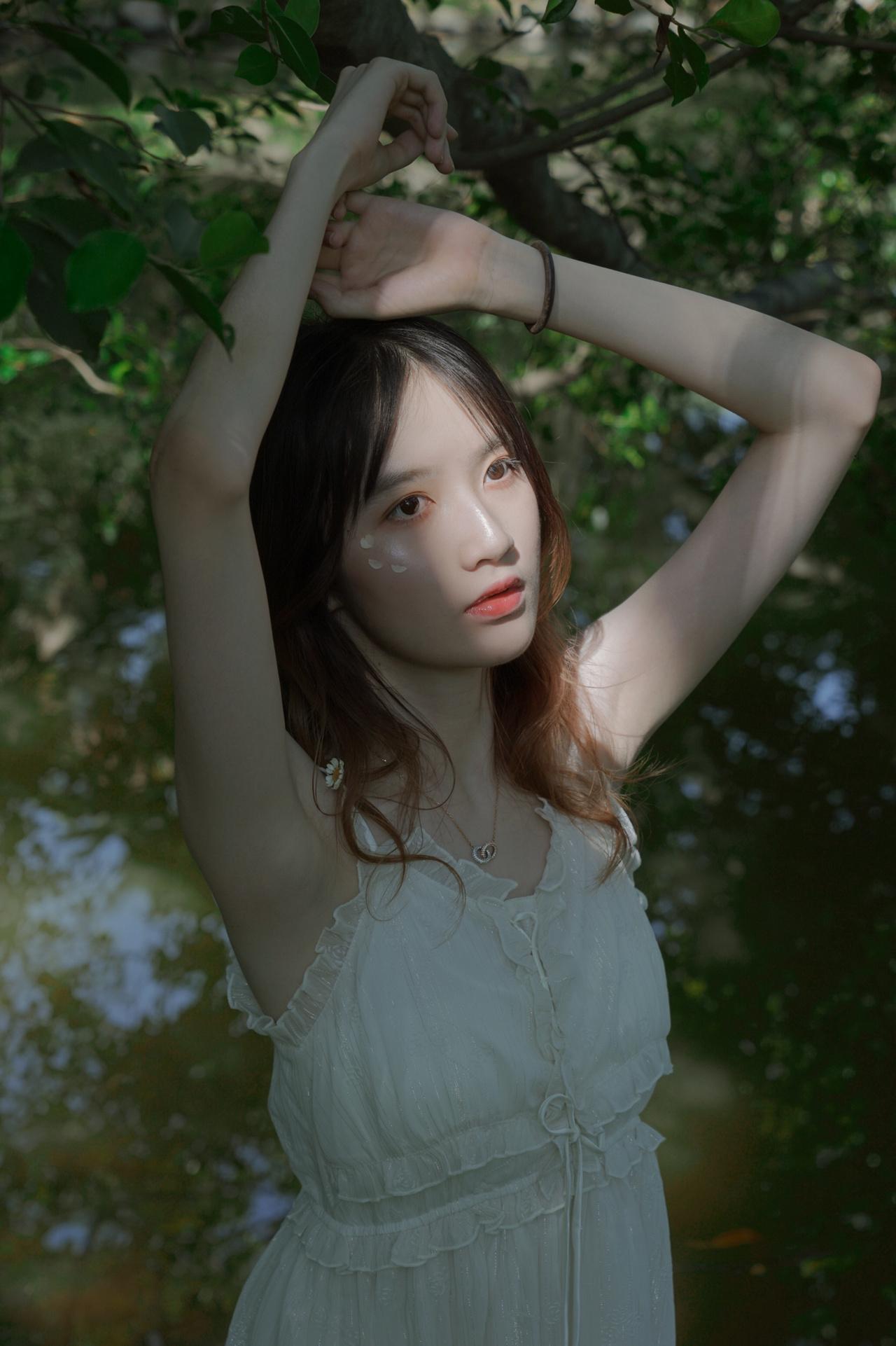 《森林》丨小清新  闭眼 聆听 鸟鸣 微风 夕阳  摄影 本人 出镜 黄颖雯 地点 植物园