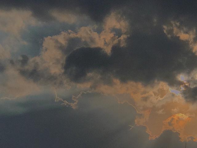 晚风轻踩着云朵☁️ 夕阳深处有一家橙色的便利店 贩卖着橙色与温柔🔸