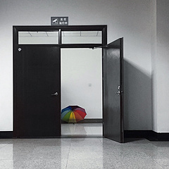 楼道里的彩虹伞